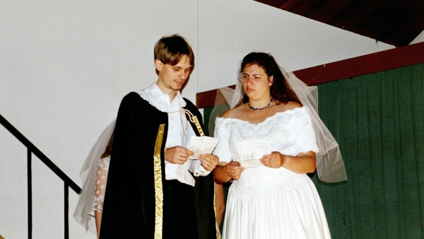 Viel Lärm um nichts 2001: Benedikt, Beatrice mit Hochzeitskleid
