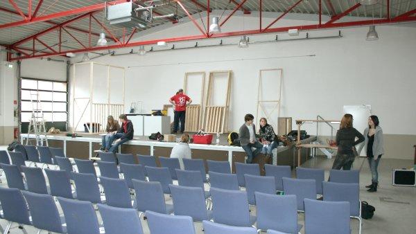 Sägewerk in Lauenau: Innenansicht mit Bühne, Junges Theater Beber