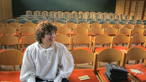 Mehrzweckhalle Beber: Der Hauptdarsteller vor den noch leeren Stuhlreihen, hier am Premierentag von Lysander 2009