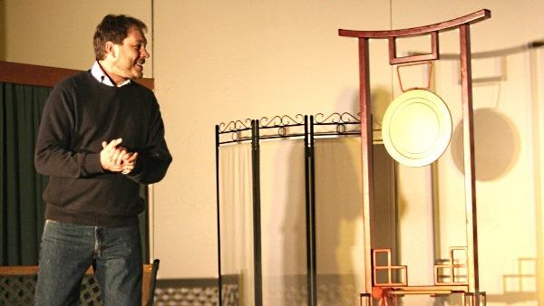 Begrüßung in der Martin-Luther-Gemeinde Hameln, hier 2009 vor dem Bühnenbild von Turandot