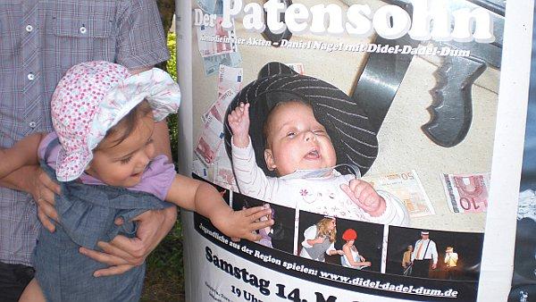 Der Patensohn: Litfasssäule mit Plakat und Baby