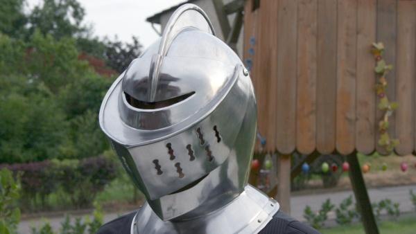 Junges Theater Beber: Don Quijote mit Helm im Garten