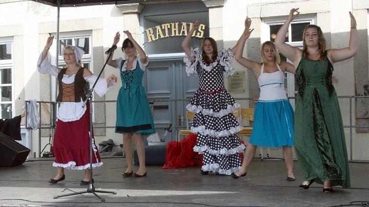 Didel-Dadel-Dum beim Entdeckertag: Dulcinea und ihr Gefolge vor dem Rathaus in Bad Münder