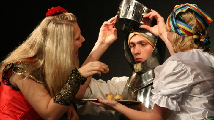 Don Quijote in Beber: Zwei Freudenmädchen füttern den Ritter (Foto: Christoph Huppert)