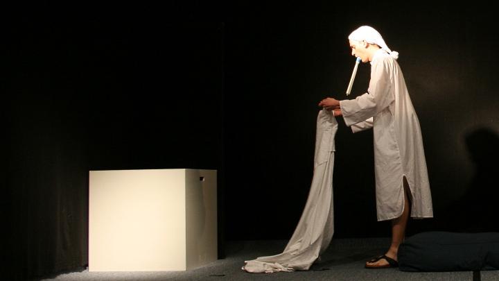 Junges Theater Beber: Don Quijote im Nachthemd, mit Thermometer im Mund