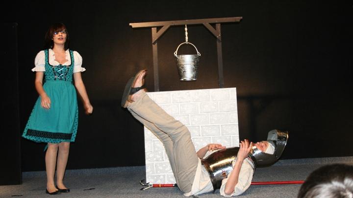 Da legts ihn nieder: Don Quijote am Boden, die Wirtin der Schenke schaut zu