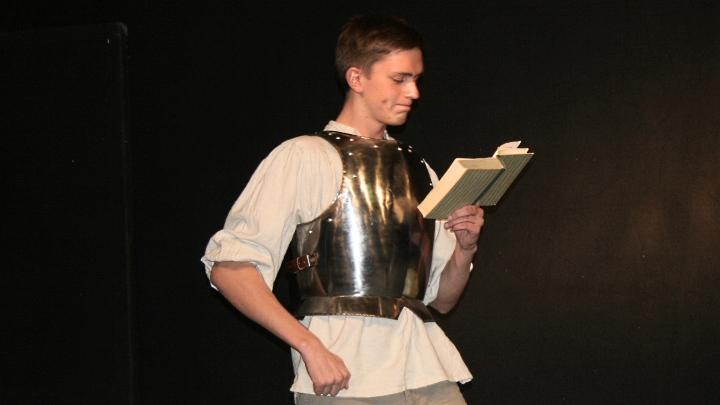 Junges Theater Beber: Don Quijote mit Brustpanzer liest ein Buch
