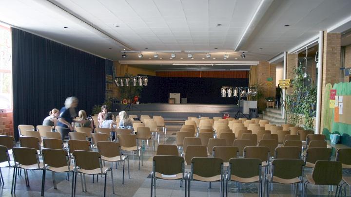 Grundschule Eimbeckhausen: Innenansicht der Aula, Junges Theater Beber