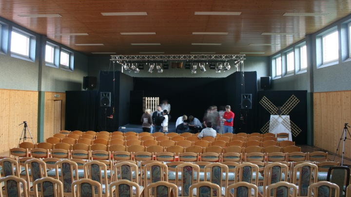 Mehrzweckhalle Beber: Innenansicht mit Bühne, Junges Theater Beber