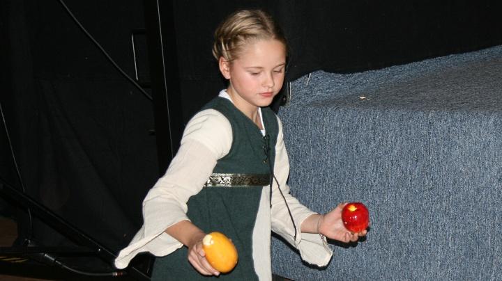 Don Quijote 2011, Junges Theater Beber: ein Mädchen sammelt Obst