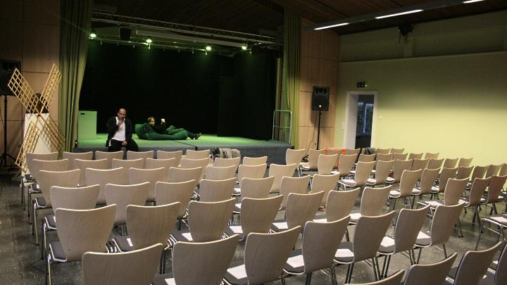 Martin-Luther-Kirche Hameln, Gemeindesaal: Innenansicht mit Bühne, Junges Theater Beber