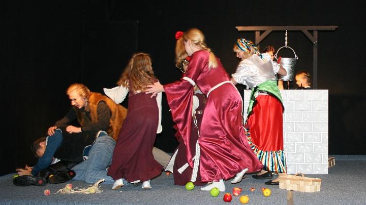 Don Quijote, Junges Theater Beber: Gedränge vor der Herberge