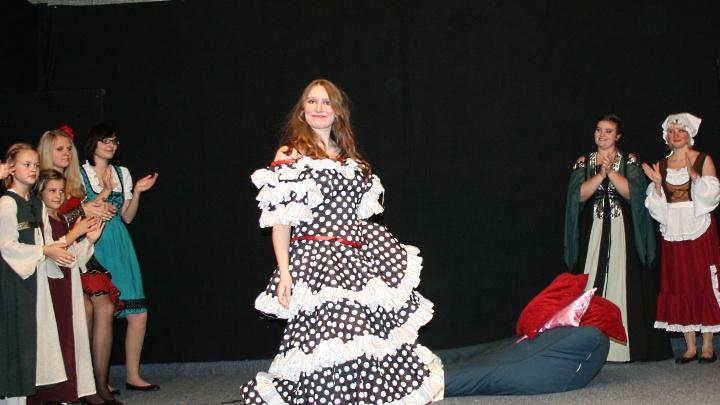 Don Quijote, Junges Theater: Dulcinea verbeugt sich, die anderen applaudieren