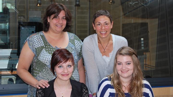 Didel-Dadel-Dum bei der Plattenkiste von NDR 1: v.l. stehend Peggy, NDR 1 Moderatorin Martina Gilica, sitzend Kim und Johanna).