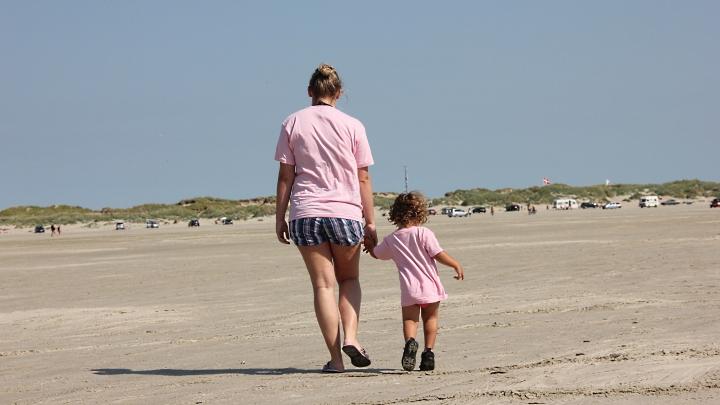 Rosa 2013: Großes und kleines Mädchen am Strand (Junges Theater Beber)