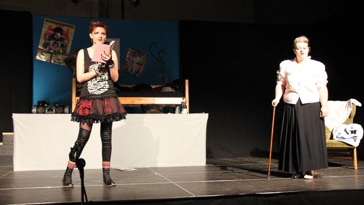 Premiere Rosa 2013 in Hameln: Kim und Rosa Helfers (Junges Theater Beber)