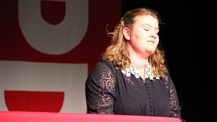 Rosa Premiere: Rosa Helfers vor SPD-Fahne (Junges Theater Beber)
