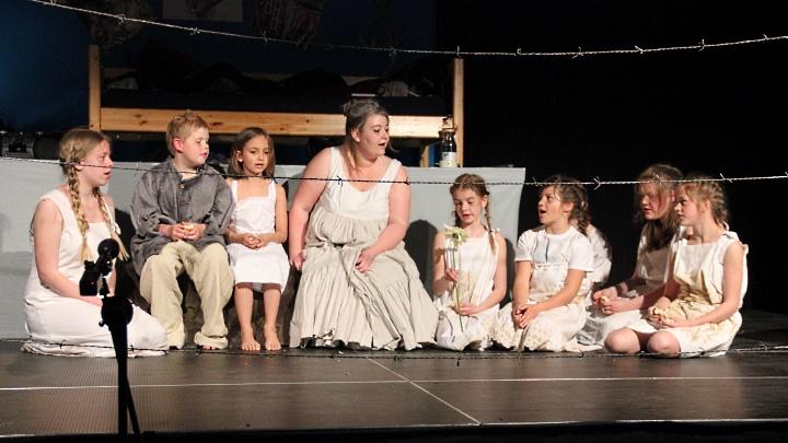Rosa 2013, Premiere in Hameln: Szene im Konzentrationslager (Junges Theater Beber)