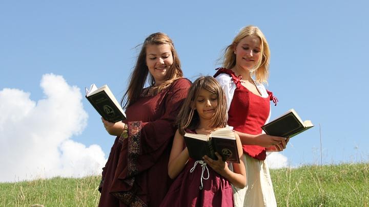 Viel Lärm um nichts 2014, Fotoshooting: drei Mädchen lesen Shakespeare (Junges Theater Beber)