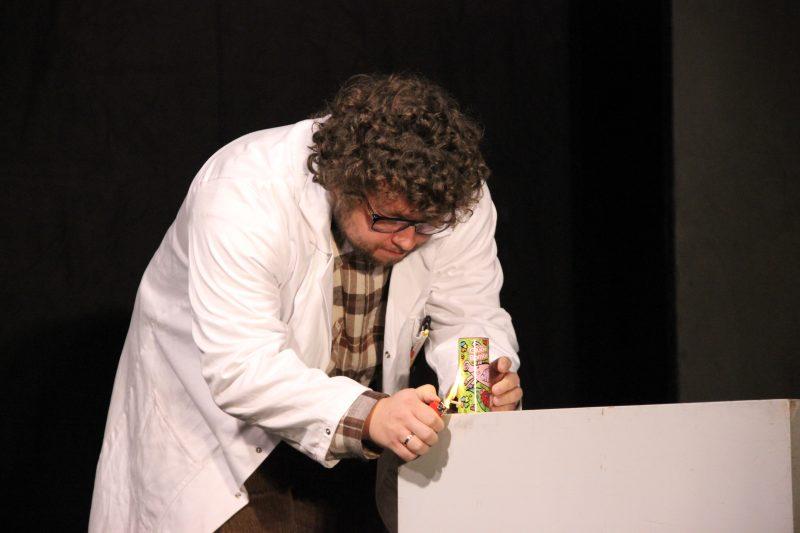 Irgendwie Irgendwann: Professor Lennard, Tischfeuerwerk. Junges Theater Beber. Foto: Stefan Zawilla